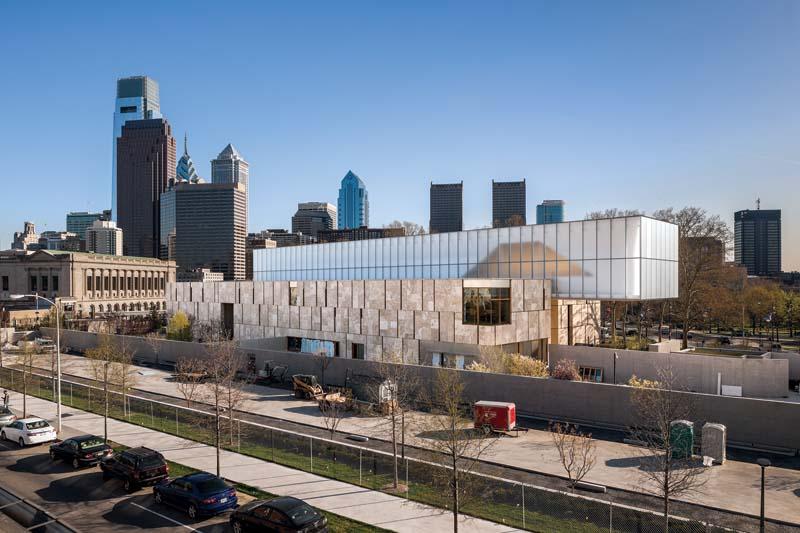 Widok nowego budynku fundacji z Pennsylvania Ave. The Barnes Foundation, Philadelphia.