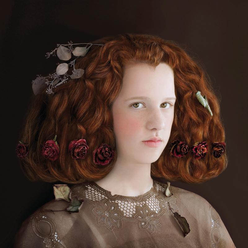 Suzanne Jongmans, De belofte, 40 x 40 cm, 2011, fotografia, Suzanne Jongmans, Julie, portret z piankową rzeźbą, fotografia