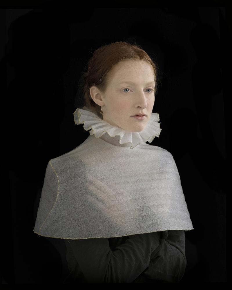 Suzanne Jongmans, Meisje in manteltje, portret z piankową rzeźbą, fotografia