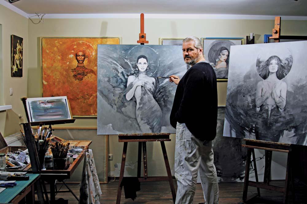 Karol Bąk podczas pracy nad obrazem.