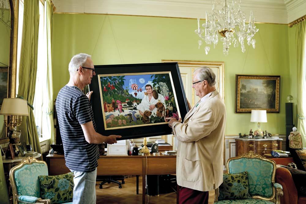 Claus Brusen prezentuje swój obraz Jego Królewskiej Wysokości księciu Danii Henrykowi